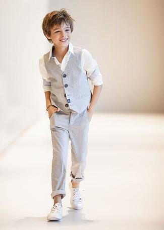 Cómo combinar: chaleco de vestir gris, camisa de manga larga blanca, pantalones grises, zapatillas blancas