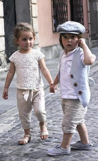 Look de moda: Chaleco de vestir gris, Camiseta de manga larga blanca, Pantalones cortos en beige, Zapatillas grises