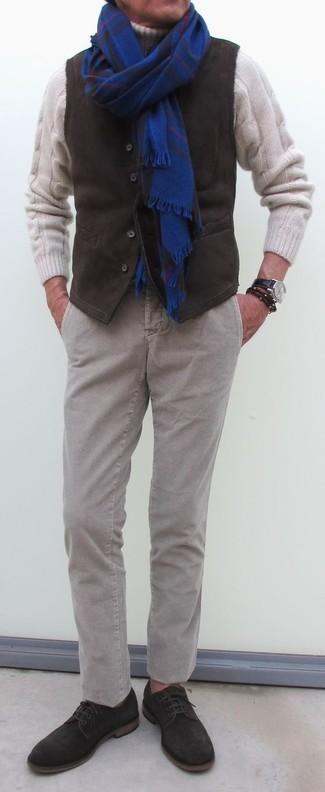 Cómo combinar: chaleco de vestir de pana en marrón oscuro, jersey de cuello alto de lana de punto blanco, pantalón chino de pana gris, zapatos derby de ante en marrón oscuro