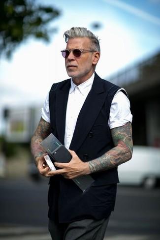 Cómo combinar: chaleco de vestir negro, camisa de manga corta blanca, pantalón de vestir en gris oscuro, gafas de sol en violeta