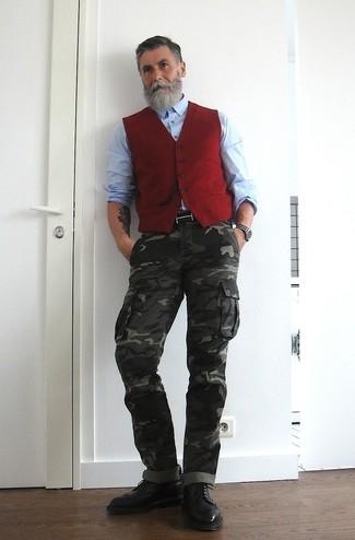Cómo combinar: chaleco de vestir rojo, camisa de manga larga celeste, pantalón cargo de camuflaje en gris oscuro, botas brogue de cuero negras