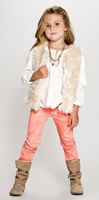 Cómo combinar: chaleco de pelo en beige, camisa de vestir blanca, vaqueros rosados, botas marrónes