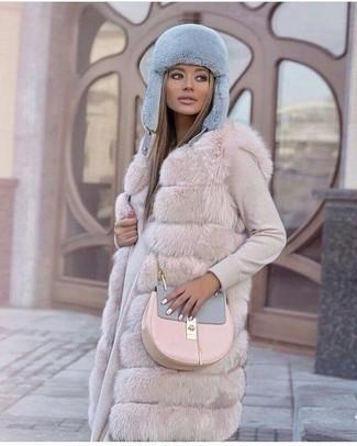 Cómo combinar: chaleco de pelo en beige, vestido jersey en beige, bolso bandolera de cuero rosado, gorro de pelo celeste