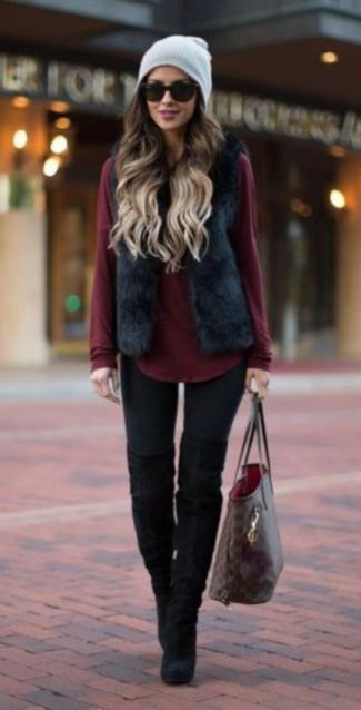 Cómo combinar: chaleco de pelo negro, jersey con cuello circular burdeos, leggings negros, botas sobre la rodilla de ante negras