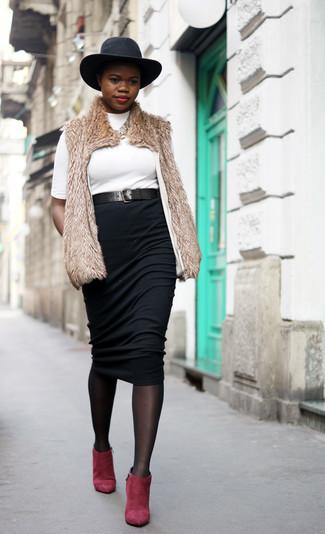Cómo combinar: chaleco de pelo marrón claro, jersey de cuello alto blanco, falda midi negra, botines de ante rojos