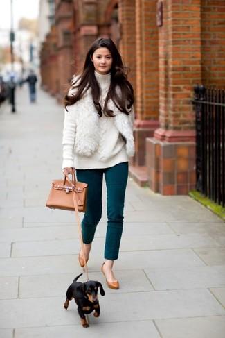 Cómo combinar: chaleco de pelo blanco, jersey de cuello alto de punto blanco, pantalones pitillo en verde azulado, zapatos de tacón de cuero en tabaco