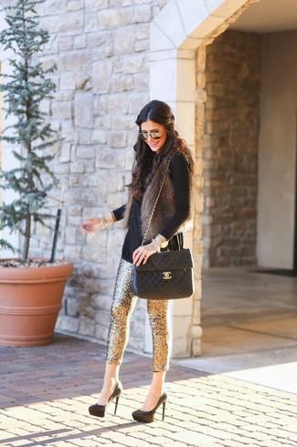 Cómo combinar: chaleco de pelo en gris oscuro, jersey de cuello alto negro, pantalones pitillo de lentejuelas dorados, zapatos de tacón de ante negros