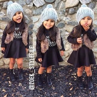 Cómo combinar: chaleco de pelo marrón, jersey negro, falda negra, botas negras