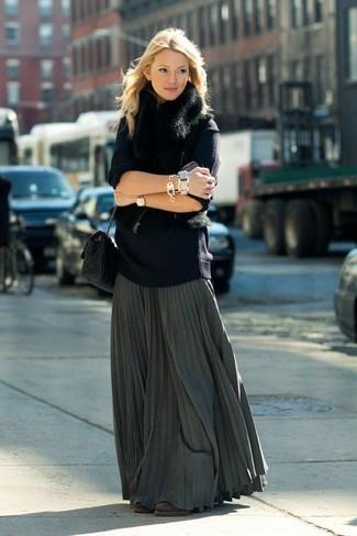 Cómo combinar: chaleco de pelo negro, jersey oversized azul marino, falda larga plisada en gris oscuro, botines de ante en marrón oscuro