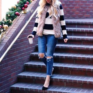 Cómo combinar: chaleco de pelo marrón, jersey con cuello circular de rayas horizontales en blanco y negro, vaqueros pitillo desgastados azules, zapatos de tacón de ante negros