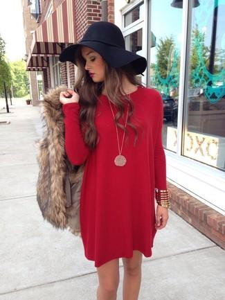 Cómo combinar: chaleco de pelo marrón, vestido recto rojo, sombrero de lana negro, pulsera dorada