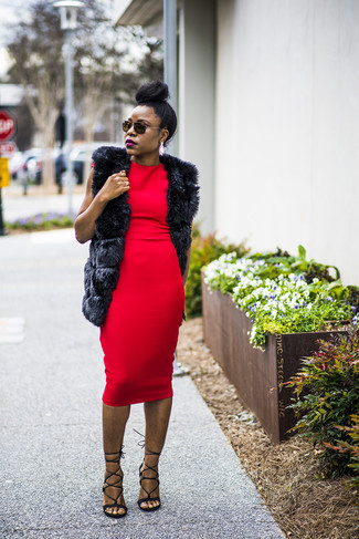 Cómo combinar: chaleco de pelo negro, vestido ajustado rojo, sandalias de tacón de cuero negras, pendientes blancos