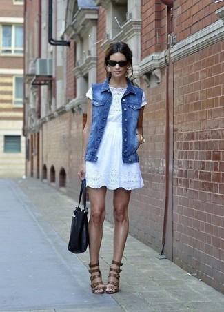 Cómo combinar: chaleco vaquero azul, top corto de crochet blanco, falda skater de encaje blanca, sandalias romanas de cuero marrónes