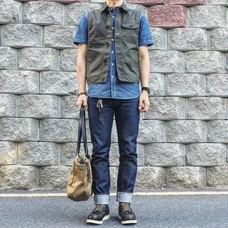 Cómo combinar: chaleco vaquero en gris oscuro, camisa de manga corta azul, vaqueros azul marino, botas de trabajo de cuero negras