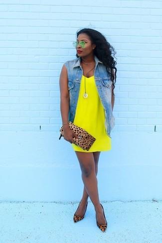 Cómo combinar: chaleco vaquero azul, vestido camisola amarillo, zapatos de tacón de ante de leopardo marrónes, cartera sobre de ante de leopardo marrón claro