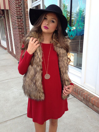 Cómo combinar: chaleco de pelo marrón, vestido recto rojo, sombrero de lana negro, colgante dorado