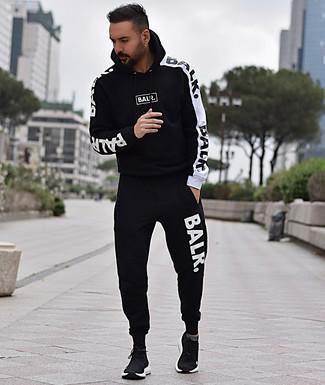 Look de moda: Chándal en negro y blanco, Deportivas negras
