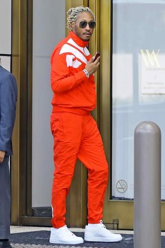 Cómo combinar: chándal naranja, tenis de cuero blancos, calcetines blancos