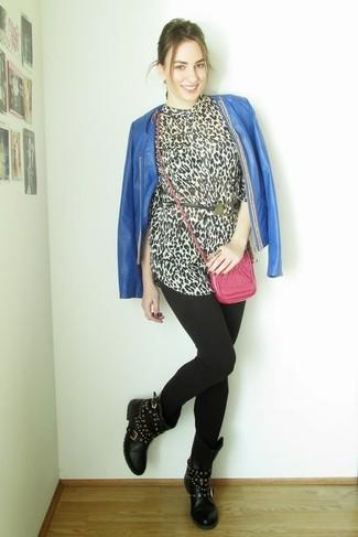 Cómo combinar: chaqueta abierta de cuero azul, blusa de botones de leopardo en blanco y negro, leggings negros, botas a media pierna de cuero con tachuelas negras