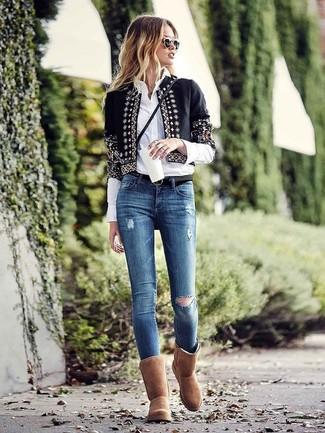 Cómo combinar: chaqueta abierta con adornos negra, camisa de vestir blanca, vaqueros pitillo desgastados azules, botas ugg marrónes
