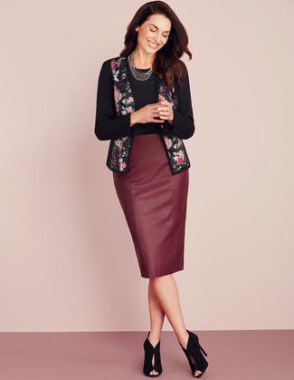 Cómo combinar: chaqueta abierta con print de flores negra, camiseta con cuello circular negra, falda lápiz de cuero burdeos, botines de ante con recorte negros
