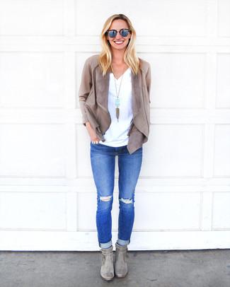 Cómo combinar: chaqueta abierta de cuero gris, camiseta con cuello en v blanca, vaqueros pitillo desgastados azules, botines de ante grises