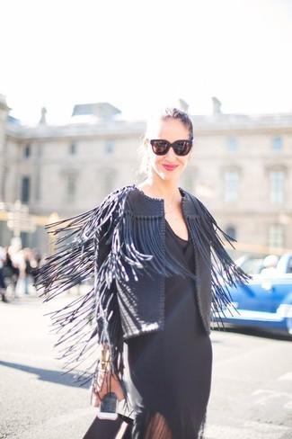 Cómo combinar: chaqueta abierta de cuero сon flecos negra, vestido tubo negro, gafas de sol negras