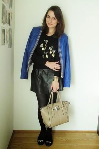 Cómo combinar: chaqueta abierta de cuero azul, jersey con cuello circular con adornos negro, falda skater de cuero negra, bailarinas de cuero negras