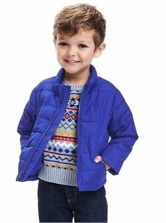 Cómo combinar: chaqueta azul, jersey celeste, vaqueros azul marino