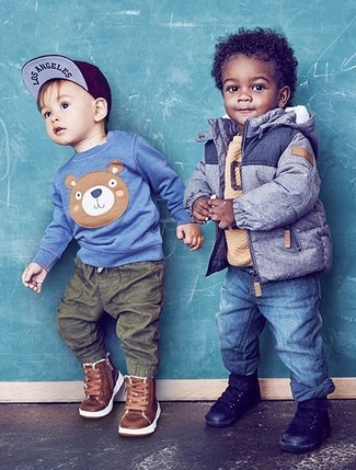 Cómo combinar: chaqueta azul, jersey marrón claro, vaqueros azules, zapatillas negras