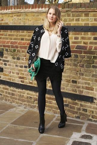 Considera emparejar una chaqueta con una minifalda de encaje negra para crear una apariencia elegante y glamurosa. ¿Te sientes ingenioso? Dale el toque final a tu atuendo con botines de cuero negros.