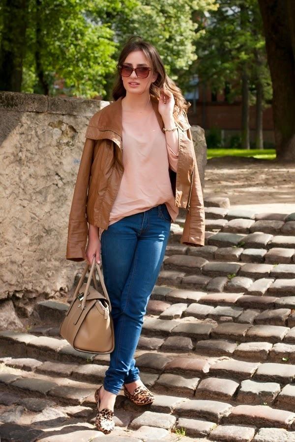 Combinar chaqueta piel marron