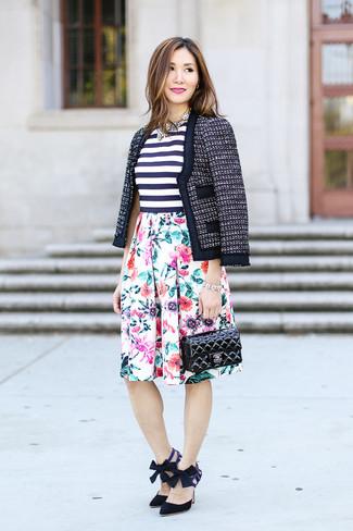 Look de moda: Chaqueta de tweed azul marino, Blusa sin mangas de rayas horizontales en blanco y azul marino, Falda campana con print de flores blanca, Zapatos de tacón de ante negros