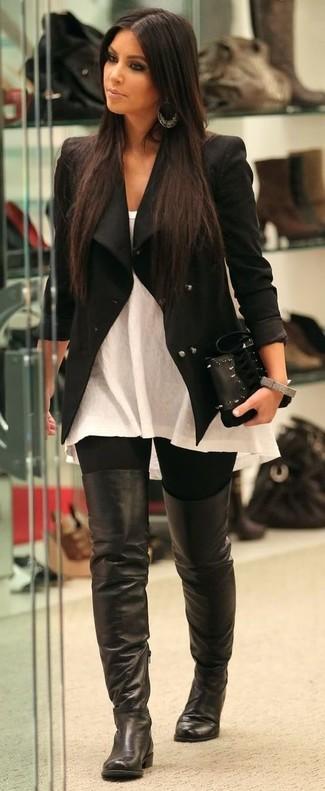 Look de Kim Kardashian: Chaqueta negra, Blusa sin mangas blanca, Leggings negros, Botas sobre la rodilla de cuero negras