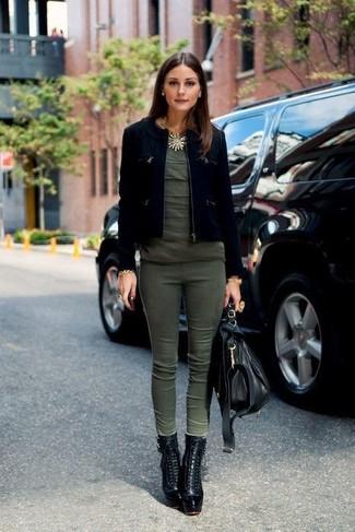 Look de Olivia Palermo: Chaqueta de ante negra, Camiseta con cuello circular verde oliva, Pantalones pitillo verde oliva, Botines con cordones de cuero negros