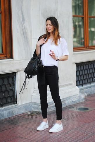 Cómo combinar: chaqueta de cuero сon flecos negra, camiseta con cuello circular blanca, vaqueros pitillo negros, zapatos derby de cuero blancos