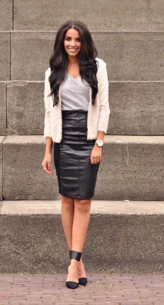 Una chaqueta de lana con relieve en beige y una falda lápiz de cuero negra son una gran fórmula de vestimenta para tener en tu clóset. Zapatos de tacón de cuero negros son una sencilla forma de complementar tu atuendo.
