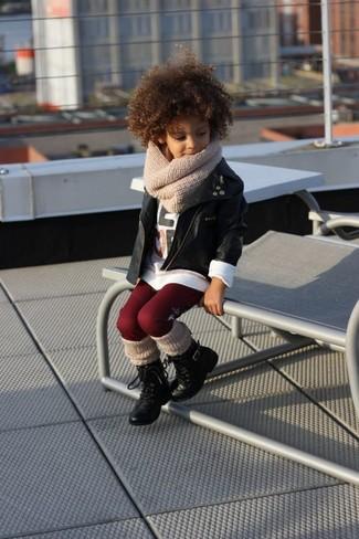Cómo combinar: chaqueta de cuero negra, camiseta de manga larga blanca, leggings burdeos, botas negras
