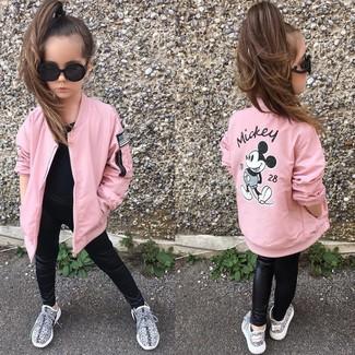 Cómo combinar: chaqueta rosada, camiseta negra, leggings de cuero negros, zapatillas grises