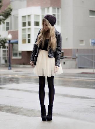 Considera emparejar una chaqueta de cuero negra con una minifalda de tul blanca para una vestimenta cómoda que queda muy bien junta. Dale un toque de elegancia a tu atuendo con un par de botines de ante negros.