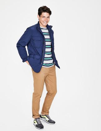 Cómo combinar: chaqueta campo azul, camiseta con cuello circular de rayas horizontales en multicolor, pantalón chino marrón claro, deportivas en gris oscuro