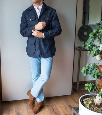 Cómo combinar unas botas safari de ante marrónes: Considera emparejar una chaqueta campo azul marino junto a unos vaqueros celestes para lidiar sin esfuerzo con lo que sea que te traiga el día. Botas safari de ante marrónes son una opción estupenda para completar este atuendo.