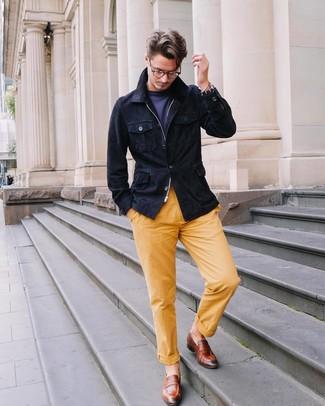 Cómo combinar: chaqueta campo de ante azul marino, camiseta con cuello circular azul marino, pantalón chino amarillo, mocasín de cuero marrón