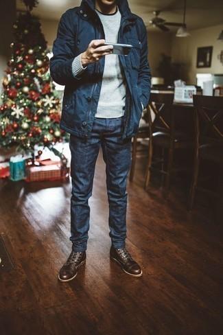 Cómo combinar unas botas casual de cuero en marrón oscuro: Para crear una apariencia para un almuerzo con amigos en el fin de semana considera emparejar una chaqueta campo azul marino junto a unos vaqueros azul marino. Con el calzado, sé más clásico y haz botas casual de cuero en marrón oscuro tu calzado.