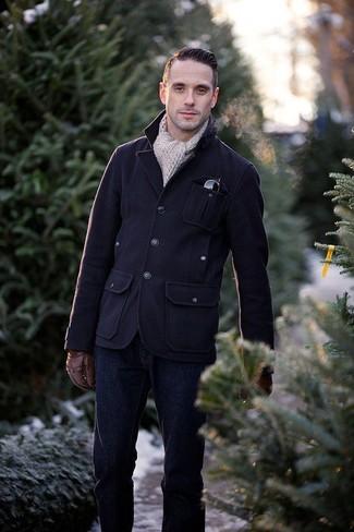 Cómo combinar: chaqueta campo de lana azul marino, vaqueros azul marino, bufanda de punto en beige, guantes de cuero marrónes