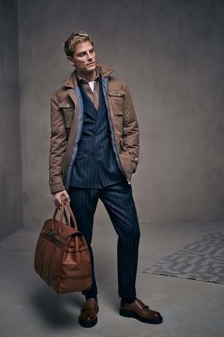 Cómo combinar: chaqueta campo marrón, blazer cruzado de rayas verticales negro, camisa de manga larga marrón, camiseta con cuello circular blanca