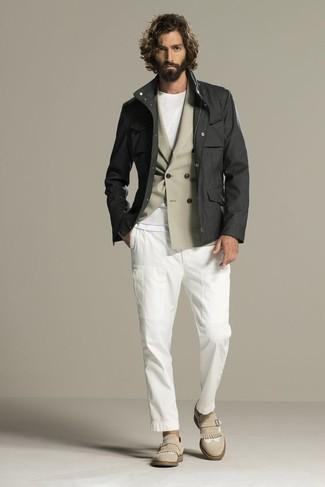 Cómo combinar: chaqueta campo en gris oscuro, blazer cruzado en beige, camiseta con cuello circular blanca, pantalón chino blanco