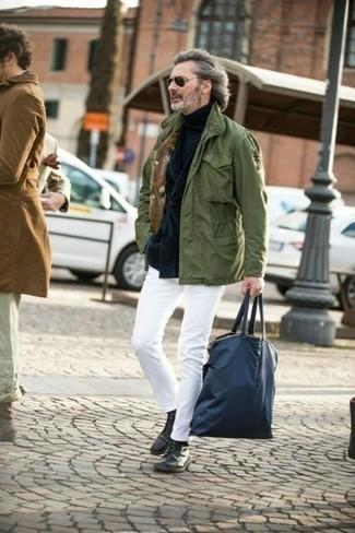 Cómo combinar una chaqueta campo verde oliva: Considera ponerse una chaqueta campo verde oliva y un pantalón chino blanco para un look diario sin parecer demasiado arreglada. Botas casual de cuero negras son una forma sencilla de mejorar tu look.