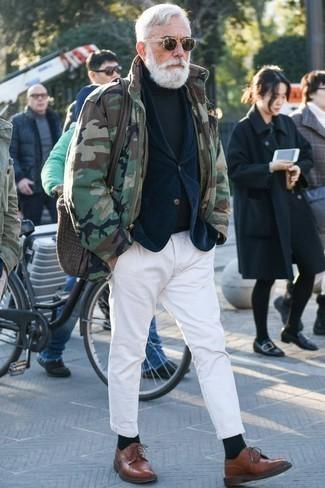 Cómo combinar un jersey de cuello alto verde oscuro: Usa un jersey de cuello alto verde oscuro y un pantalón chino blanco para un almuerzo en domingo con amigos. ¿Te sientes valiente? Opta por un par de zapatos derby de cuero marrónes.
