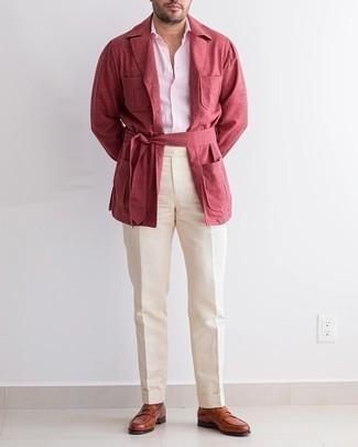 Cómo combinar un mocasín de cuero en tabaco: Empareja una chaqueta campo roja con un pantalón de vestir en beige para un perfil clásico y refinado. Mocasín de cuero en tabaco son una opción incomparable para complementar tu atuendo.